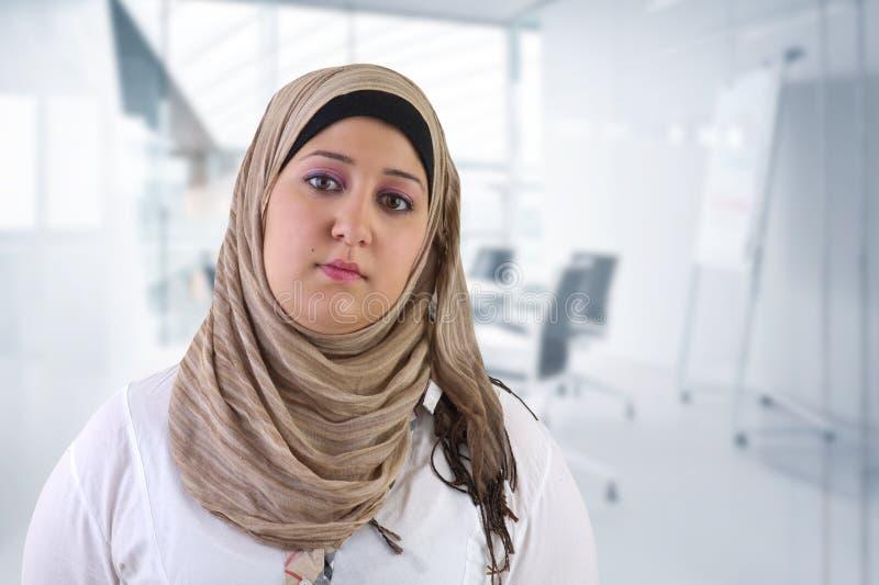 Αραβική τοποθέτηση επιχειρησιακών γυναικών στην αρχή στοκ εικόνες