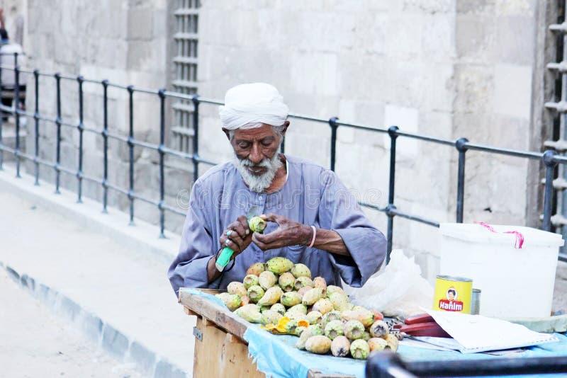 Αραβικός Αιγύπτιος που πωλεί τα τραχιά αχλάδια στην Αίγυπτο στοκ εικόνα με δικαίωμα ελεύθερης χρήσης