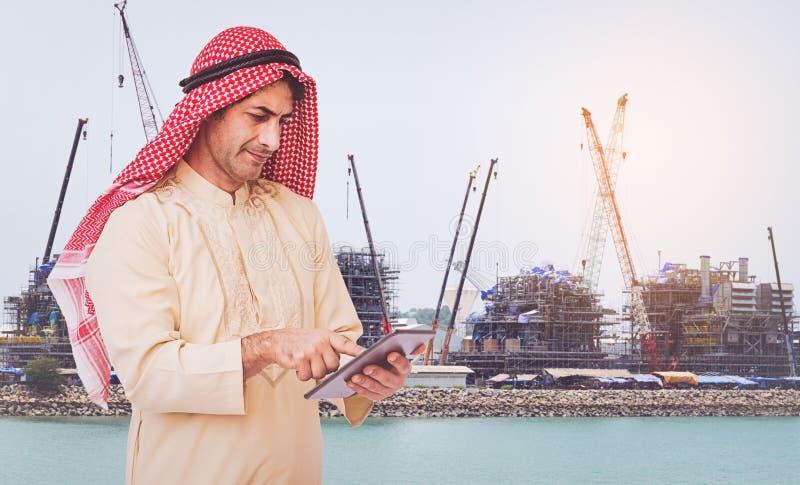 Αραβικός επιχειρηματίας που χρησιμοποιεί σε ένα κινητό τηλέφωνο στοκ εικόνες