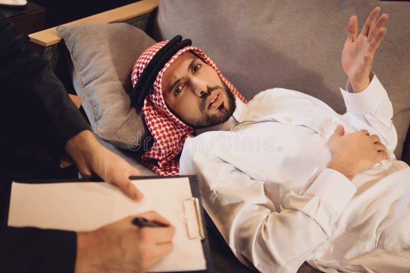 Αραβικό άτομο στην υποδοχή ψυχοθεραπευτών στοκ εικόνα με δικαίωμα ελεύθερης χρήσης