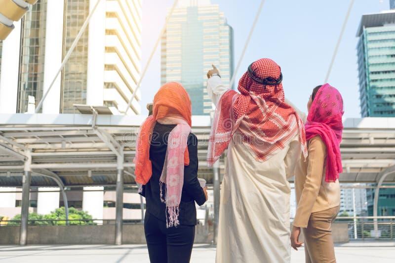 Αραβικό κατασκευαστικό πρόγραμμα προγραμματισμού επιχειρηματιών και επιχειρηματιών στοκ εικόνα