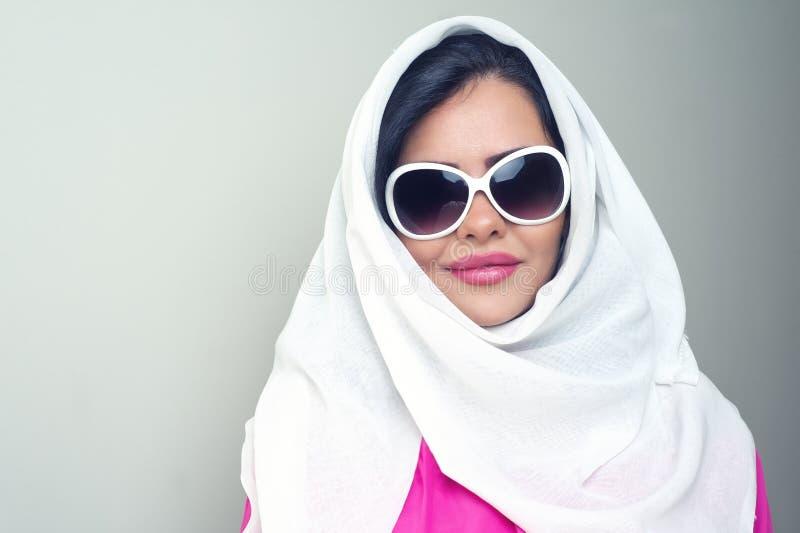 αραβικό κορίτσι ομορφιάς hijab αισθησιακό στοκ εικόνα