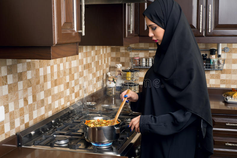Αραβικό μαγειρεύοντας stew γυναικών στην κουζίνα στοκ φωτογραφίες με δικαίωμα ελεύθερης χρήσης