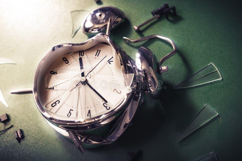 Αργά για τη σχολική έννοια με το ρολόι alram σε έναν πίνακα στοκ φωτογραφίες με δικαίωμα ελεύθερης χρήσης