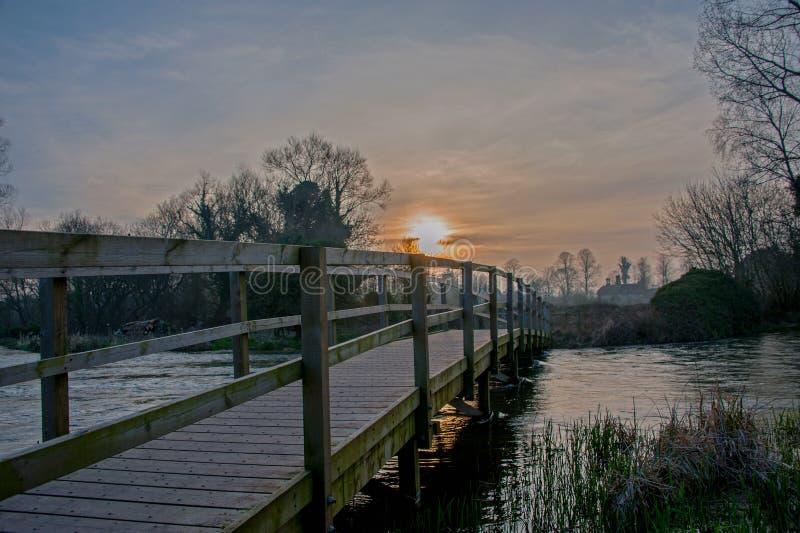 Αργά το βράδυ ήλιος πέρα από τη δοκιμή ποταμών στοκ φωτογραφίες