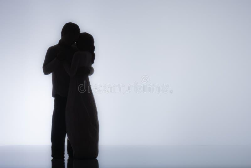 Αργή χορεύοντας σκιαγραφία ζεύγους με το άσπρο υπόβαθρο στοκ εικόνες