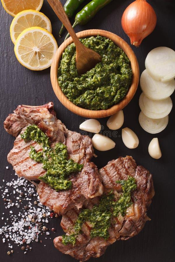 Αργεντινή κουζίνα: ψημένη στη σχάρα μπριζόλα βόειου κρέατος με τη σάλτσα chimichurri VE στοκ εικόνα με δικαίωμα ελεύθερης χρήσης