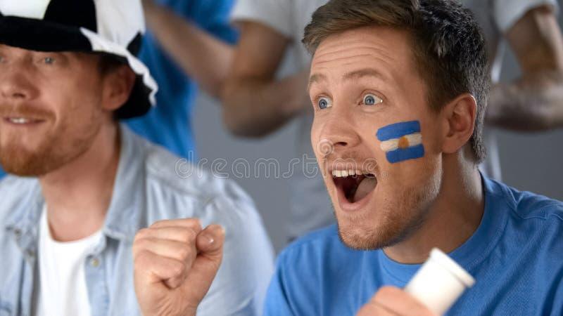 Αργεντινοί οπαδοί ποδοσφαίρου που γιορτάζουν την επιτυχία εθνικών ομάδων σε ανταγωνισμό στοκ εικόνες