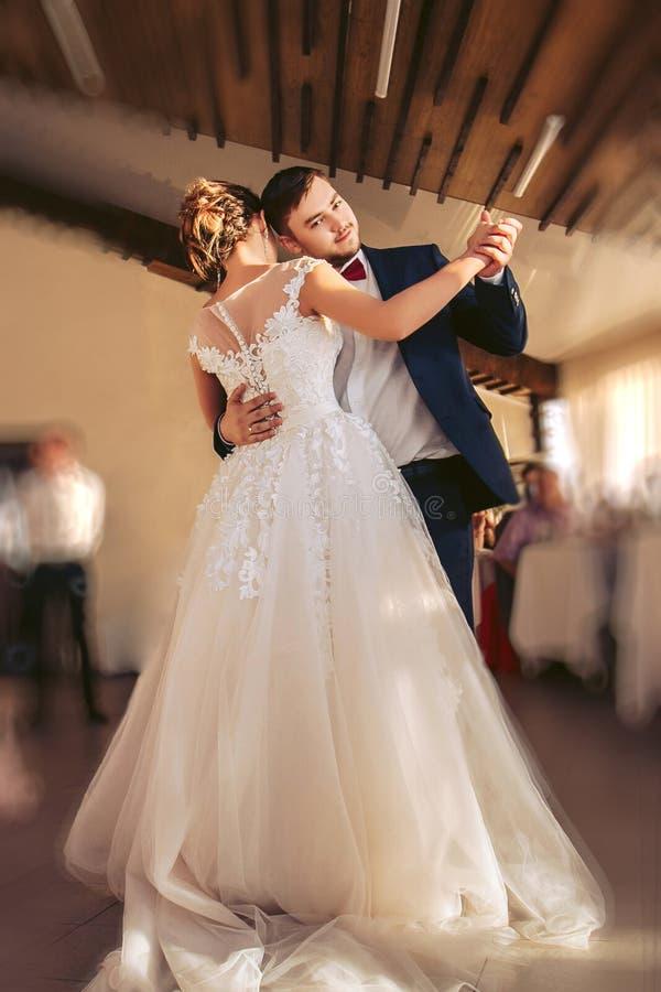 Αργός χορός των newlyweds κατά τη διάρκεια της τελετής Γάμος Traditi στοκ φωτογραφίες