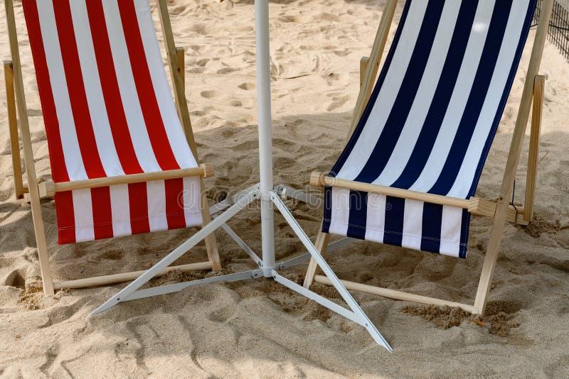 Αργόσχολοι ήλιων στη σκιά στην άμμο στοκ εικόνες