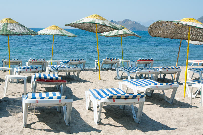 Αργόσχολοι και ομπρέλες στην παραλία στοκ φωτογραφία με δικαίωμα ελεύθερης χρήσης