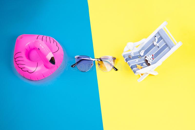 Αργόσχολος ήλιων, διογκώσιμα φλαμίγκο και γυαλιά ηλίου που απομονώνονται στο ζωηρόχρωμο υπόβαθρο Τροπικό υπόβαθρο διακοπών Αργόσχ στοκ φωτογραφία