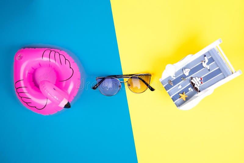 Αργόσχολος ήλιων, διογκώσιμα φλαμίγκο και γυαλιά ηλίου που απομονώνονται στο ζωηρόχρωμο υπόβαθρο Τροπικό υπόβαθρο διακοπών Αργόσχ στοκ εικόνα