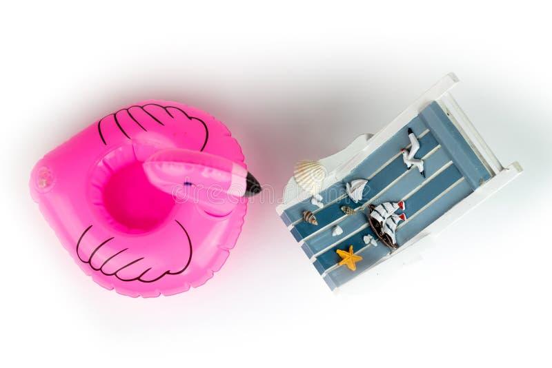 Αργόσχολος ήλιων και διογκώσιμο φλαμίγκο που απομονώνονται στο άσπρο υπόβαθρο Τροπικό υπόβαθρο διακοπών Αργόσχολος ήλιων στο αμμώ στοκ εικόνες με δικαίωμα ελεύθερης χρήσης