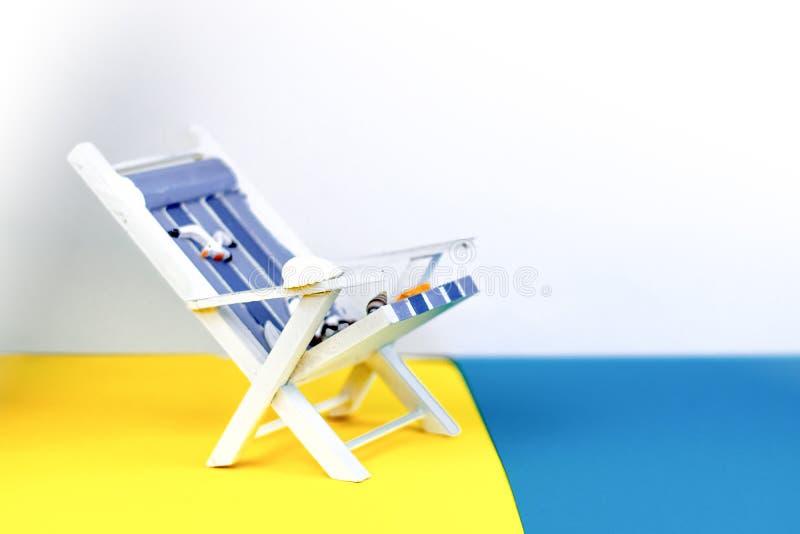 Αργόσχολος ήλιων που απομονώνεται στο ζωηρόχρωμο υπόβαθρο Τροπικό υπόβαθρο διακοπών Αργόσχολος ήλιων στο αμμώδες νησί, διάστημα α στοκ εικόνες