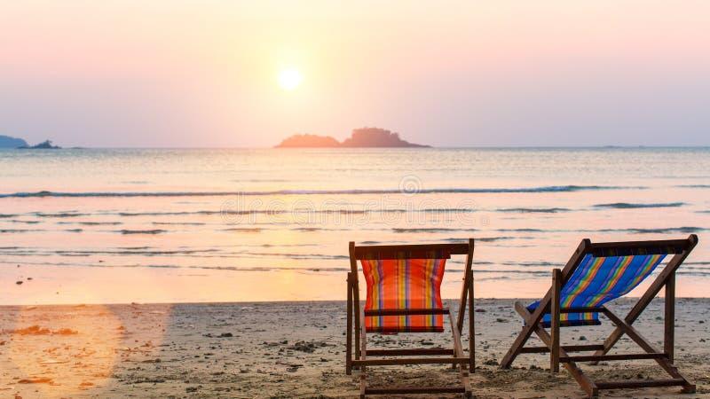 Αργόσχολοι στην παραλία στο ηλιοβασίλεμα Φύση στοκ φωτογραφίες