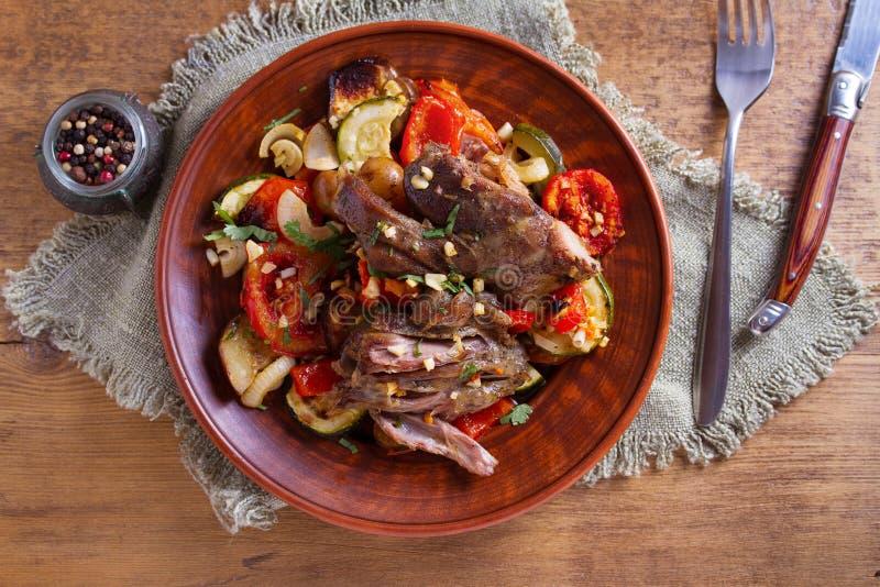 Αργό αρνί κουζινών με τα λαχανικά και το σκόρδο στοκ φωτογραφία με δικαίωμα ελεύθερης χρήσης