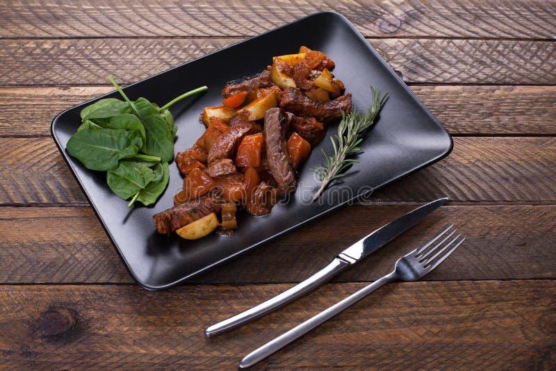 Αργό μοσχαρίσιο κρέας με τη μελιτζάνα και άλλα λαχανικά στοκ εικόνες