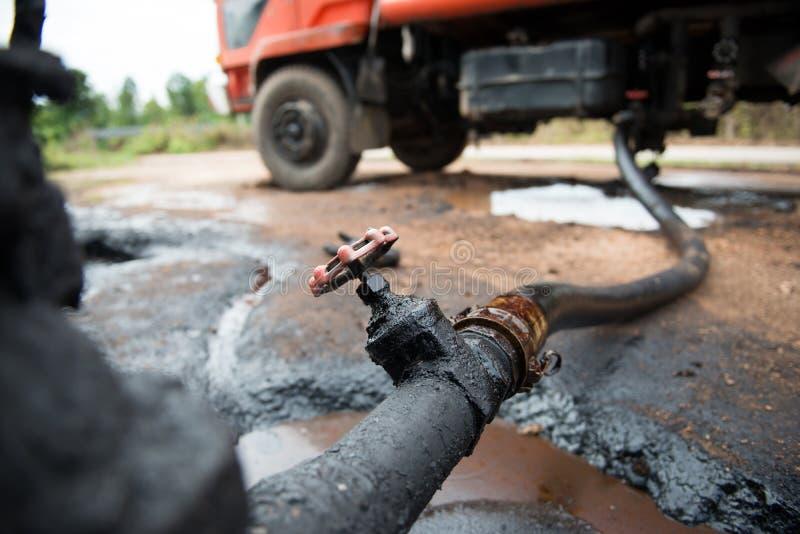 Αργό πετρέλαιο μεταφοράς φορτηγών από τη δεξαμενή στοκ φωτογραφία με δικαίωμα ελεύθερης χρήσης