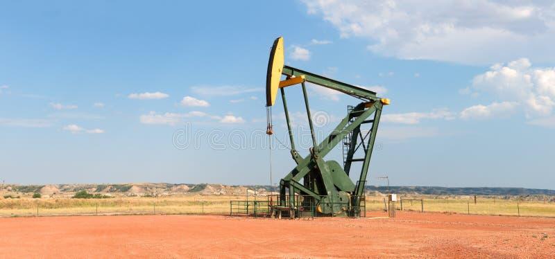 Αργό πετρέλαιο που τρυπά καλά την αντλία με τρυπάνι στοκ φωτογραφία