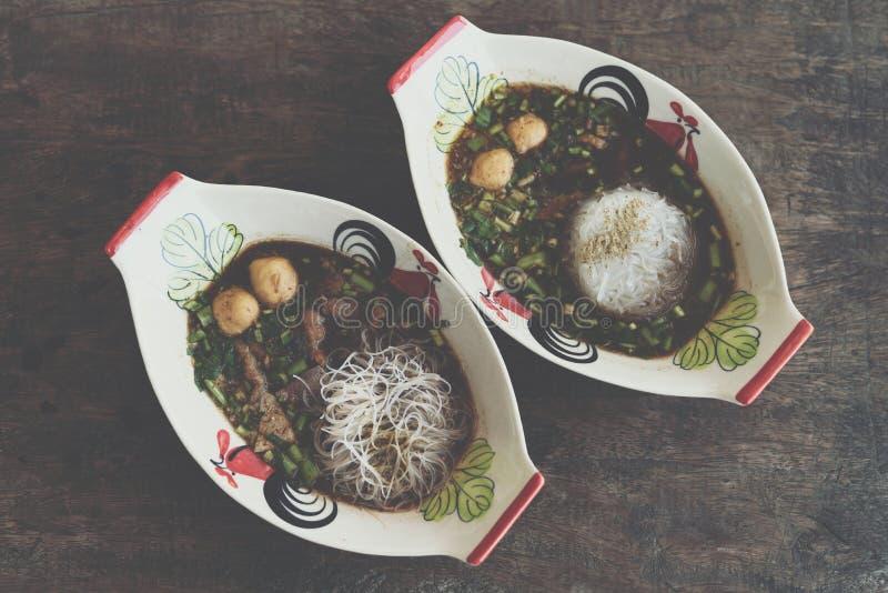 Αργό σαφές νουντλς βόειου κρέατος με stew σούπας σφαιρών κρέατος στοκ φωτογραφίες