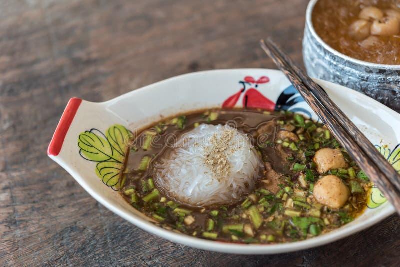 Αργό σαφές νουντλς βόειου κρέατος με stew σούπας σφαιρών κρέατος στοκ εικόνα με δικαίωμα ελεύθερης χρήσης