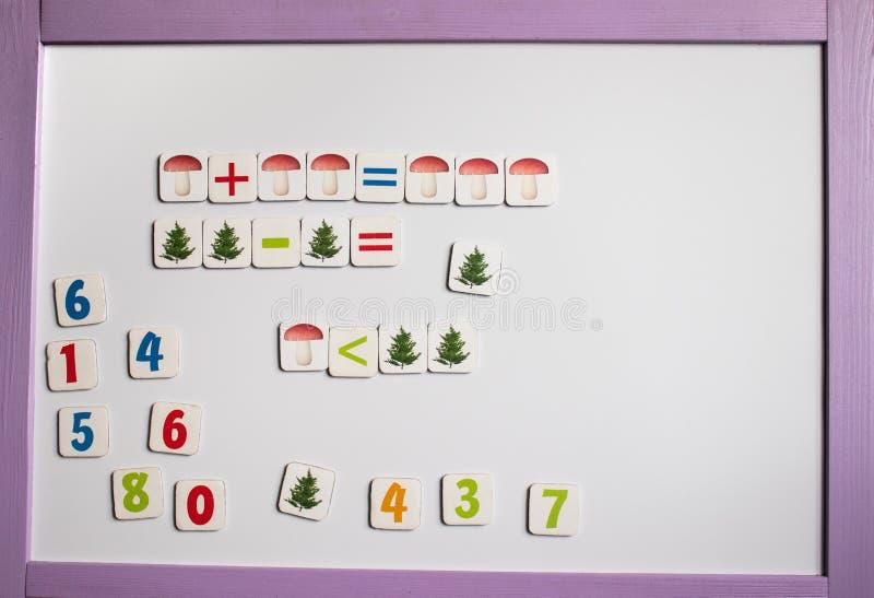 αριθμοί επιστολών αλφάβητου Στα πλαίσια του λευκού σχολικού πίνακα στοκ εικόνα