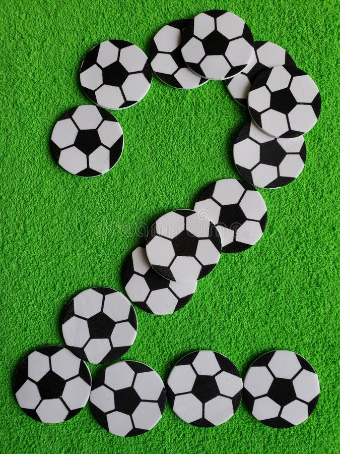 αριθμοί σφαιρών ποδοσφαίρου που διαμορφώνουν τον αριθμό δύο, το υπόβαθρο και τη σύσταση στοκ φωτογραφία