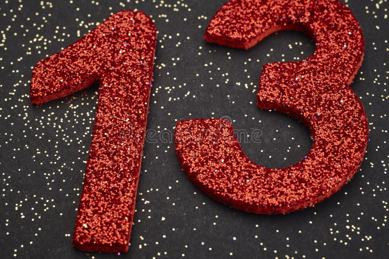 Αριθμός δέκα τρία κόκκινο χρώμα πέρα από ένα μαύρο υπόβαθρο εκμηδένισης απεικόνιση αποθεμάτων