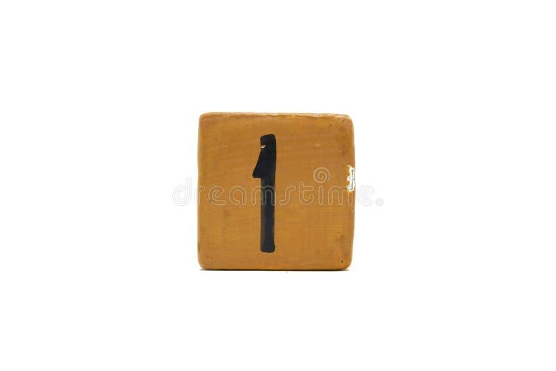 Αριθμός ένας στον κύβο του ξύλινου υλικού που απομονώνεται στο άσπρο υπόβαθρο στοκ φωτογραφία με δικαίωμα ελεύθερης χρήσης