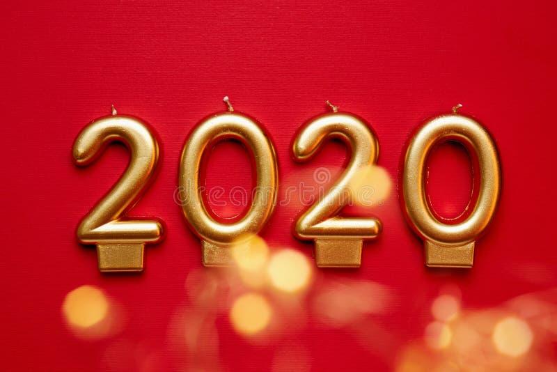 Αριθμός-διαμορφωμένα κεριά που διαμορφώνουν τους χρυσούς αριθμούς για το νέο έτος του 2020 στοκ εικόνες