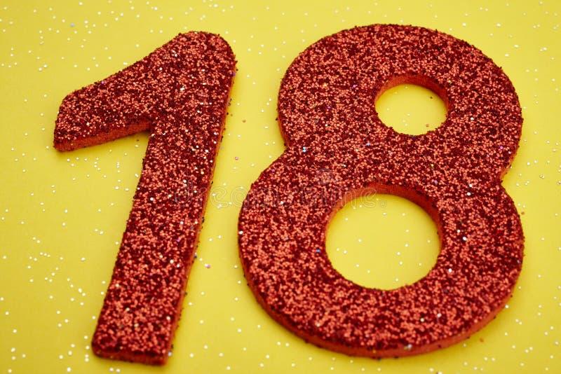 Αριθμός δεκαοχτώ κόκκινο χρώμα πέρα από ένα κίτρινο υπόβαθρο εκμηδένισης απεικόνιση αποθεμάτων
