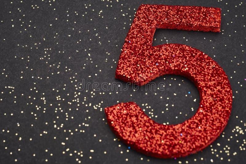 Αριθμός πέντε κόκκινο χρώμα πέρα από ένα μαύρο υπόβαθρο εκμηδένισης ελεύθερη απεικόνιση δικαιώματος