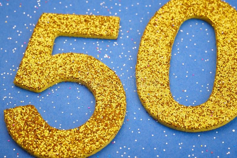 Αριθμός πενήντα κίτρινο χρώμα πέρα από ένα μπλε υπόβαθρο εκμηδένισης διανυσματική απεικόνιση