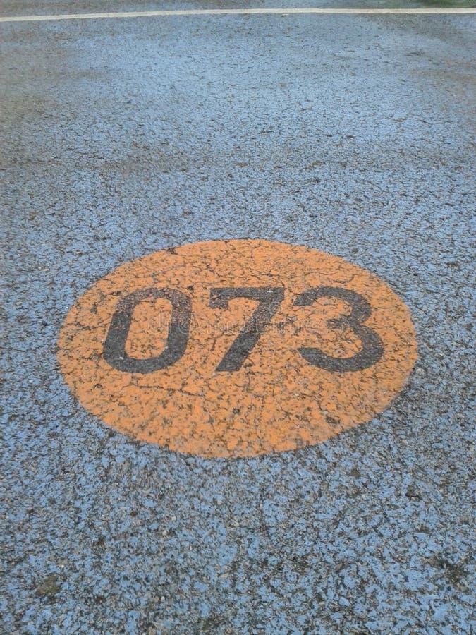 Download Αριθμός 073 που γράφεται στο δρόμο Tarmac Στοκ Εικόνα - εικόνα από κύκλος, tarmac: 62706589