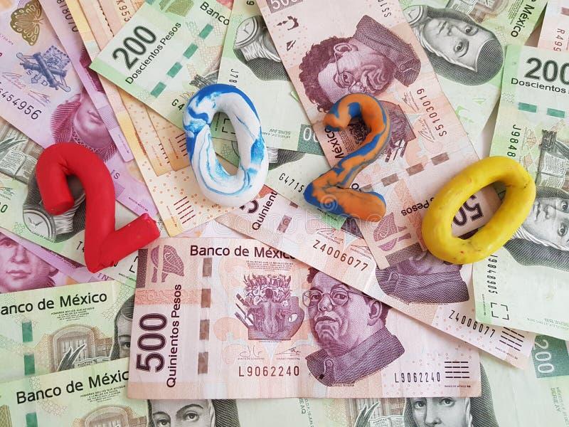 αριθμός 2020 στα χρώματα plasticine, στα μεξικάνικα τραπεζογραμμάτια των διάφορων μετονομασιών στοκ φωτογραφία με δικαίωμα ελεύθερης χρήσης