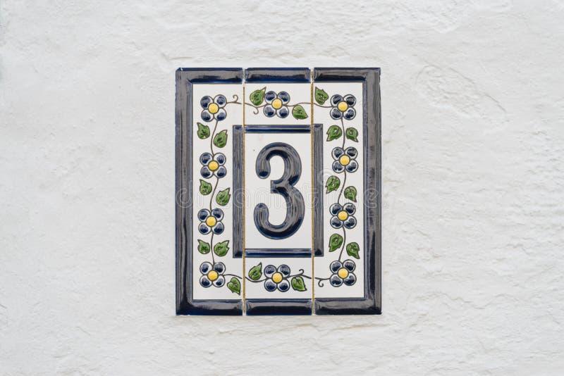 Αριθμός τρία στον άσπρο τοίχο στοκ φωτογραφίες