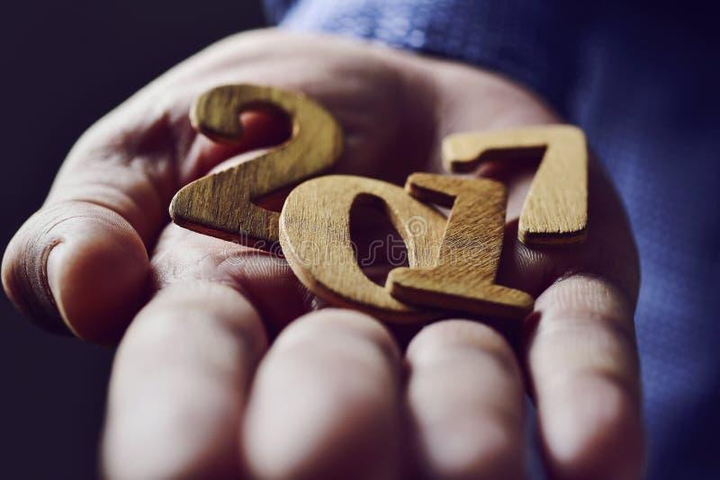 Αριθμός 2017, ως νέο έτος, στο χέρι ενός ατόμου στοκ εικόνα με δικαίωμα ελεύθερης χρήσης