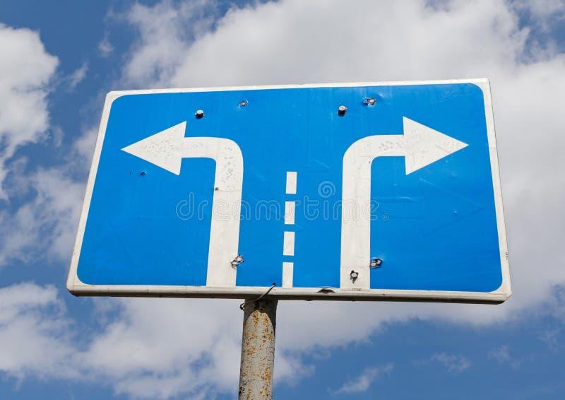 αριστερό και δεξιό οδικό σημάδι στροφής στοκ φωτογραφία με δικαίωμα ελεύθερης χρήσης