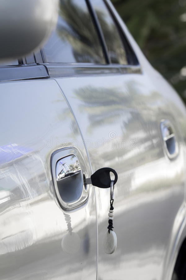 Αριστερό κλειδί στην πόρτα αυτοκινήτων στοκ φωτογραφία