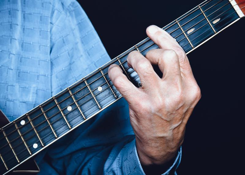 Αριστερό χέρι του κιθαρίστα στοκ εικόνα