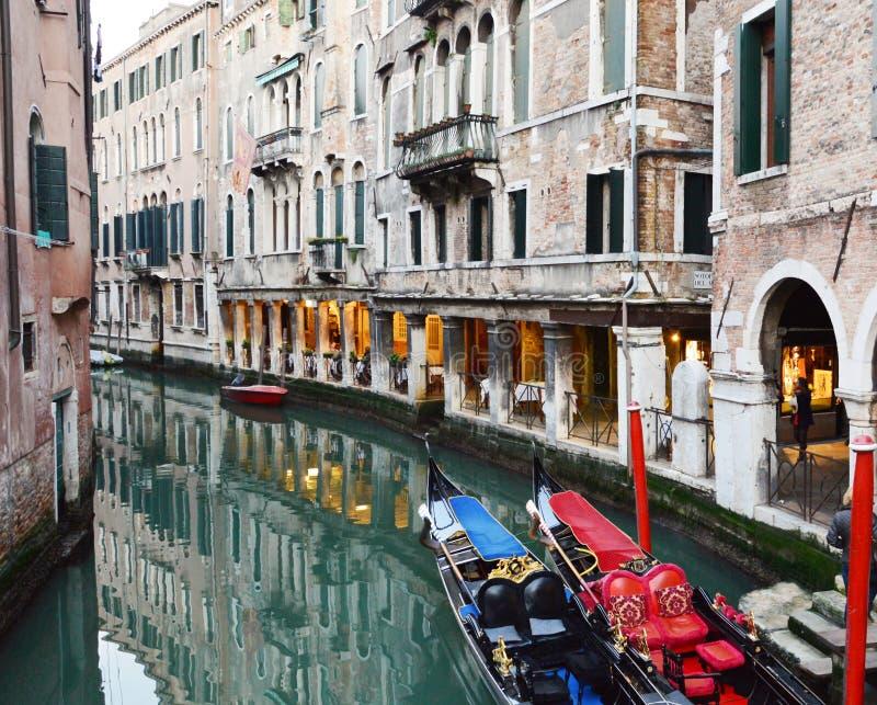 Αριστοκρατικές γόνδολες τή νύχτα, Βενετία στοκ εικόνα
