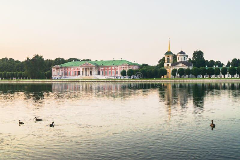 Αριστοκρατικές μέγαρο και εκκλησία με τον πύργο κουδουνιών δίπλα στη λίμνη στο μουσείο-κτήμα Kuskovo, Μόσχα στοκ εικόνες