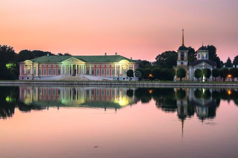 Αριστοκρατικές μέγαρο και εκκλησία με τον πύργο κουδουνιών δίπλα στη λίμνη στο μουσείο-κτήμα Kuskovo, Μόσχα στοκ εικόνες με δικαίωμα ελεύθερης χρήσης