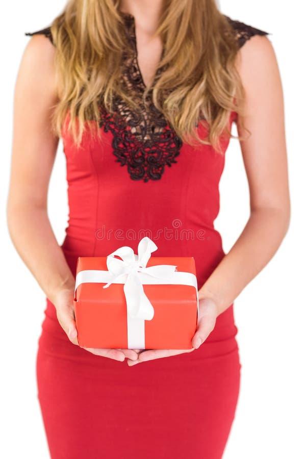 Αριστοκρατική γυναίκα που κρατά ένα δώρο στοκ φωτογραφίες με δικαίωμα ελεύθερης χρήσης