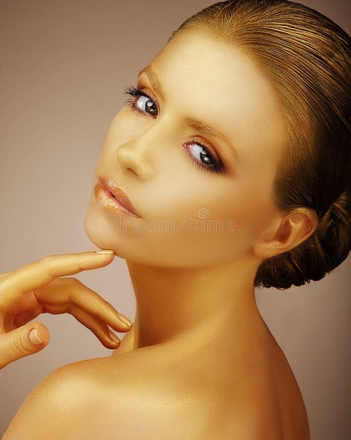 Αριστοκρατικός χρωματισμένος πρότυπο χρυσός μόδας Satiny επιχαλκωμένο δέρμα στοκ φωτογραφίες με δικαίωμα ελεύθερης χρήσης