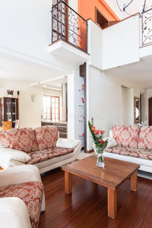 Αριστοκρατικό σπίτι - φωτεινό εσωτερικό στοκ εικόνα