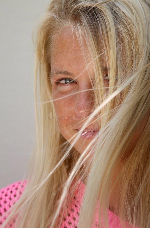Αρκετά ήλιος-μαυρισμένο ξανθό κορίτσι στο φυσικό φως στοκ εικόνες