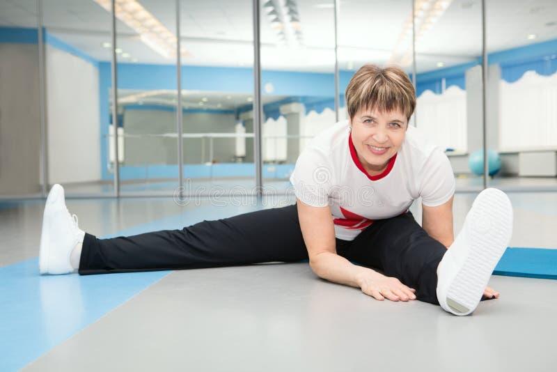 αρκετά ανώτερη γυναίκα που ασκεί στη γυμναστική στοκ φωτογραφία με δικαίωμα ελεύθερης χρήσης