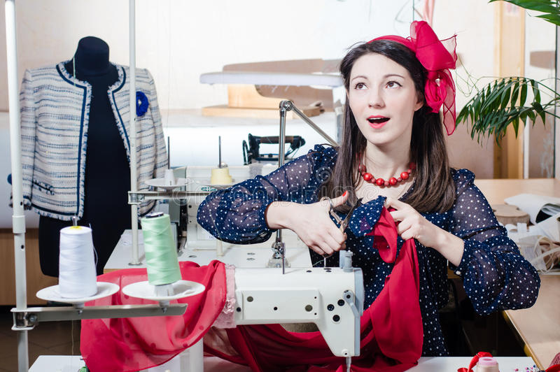 Αρκετά αστεία νέα γυναίκα pinup με τη ράβοντας μηχανή στοκ εικόνες με δικαίωμα ελεύθερης χρήσης